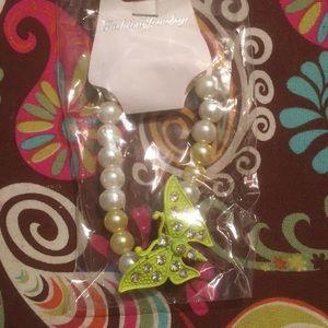 Pulsera de perlas blanca con mariposa amarilla
